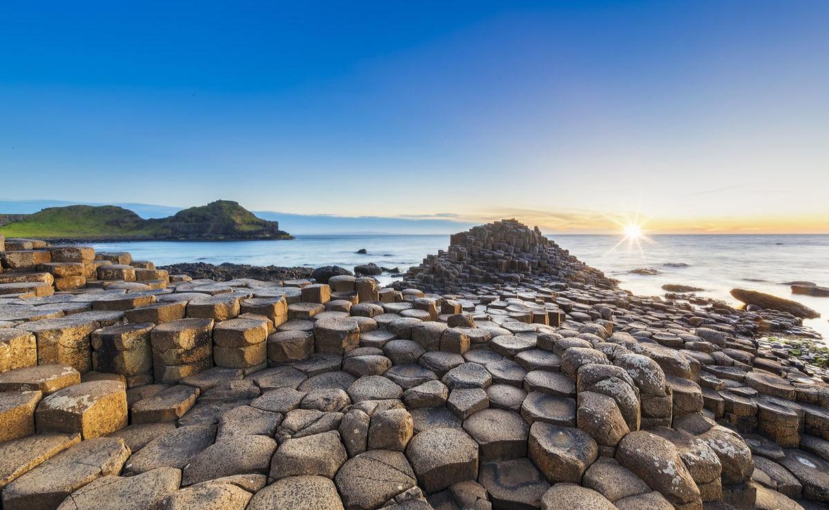 Sonnenuntergang über Giant's Causeway in Nordirland