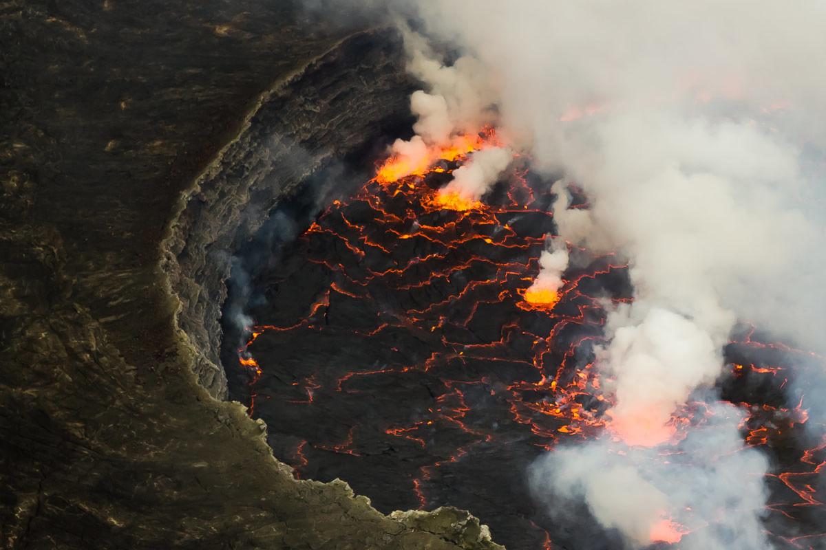 Lavasee des Nyiragongo-Vulkans im Virunga National Park in der Demokratischen Republik Kongo