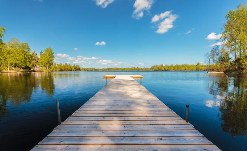 Hölzerner Steg in der Provinz Smaland in Schweden