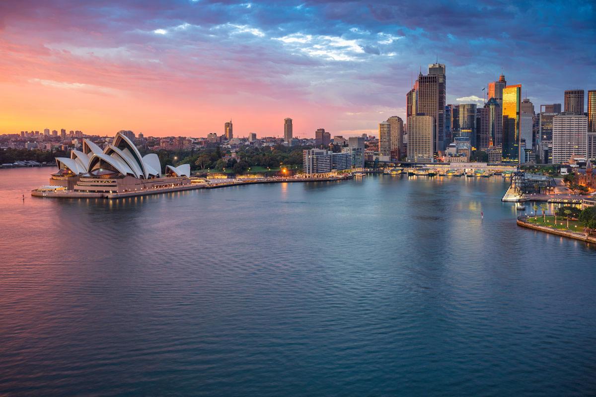 Panorama von Sydney mit Opernhaus und Hafen während des Sonnenaufgangs