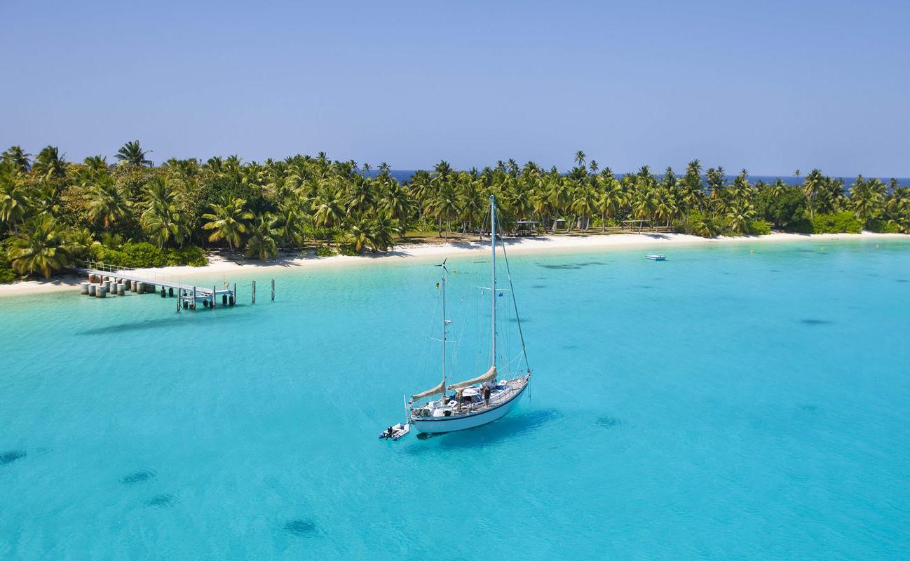 Segelschiff in den Gewässern der Kokosinseln im indischer Ozean