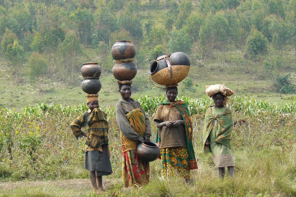 Batwa in Burundi mit Töpferwaren