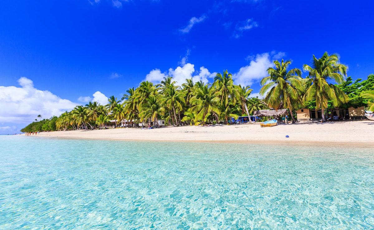Strand mit kristallklarem blauen Wasser auf der Insel Dravuni, Fidschi