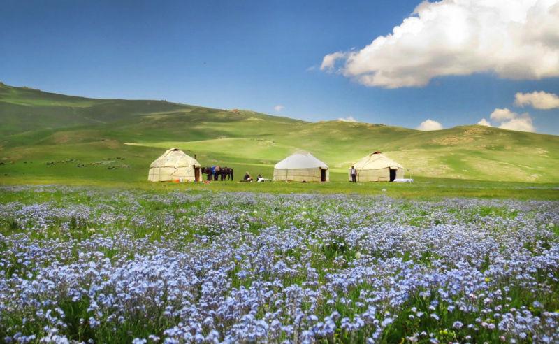 Hirtenzelt in der kirgisischen Berglandschaft
