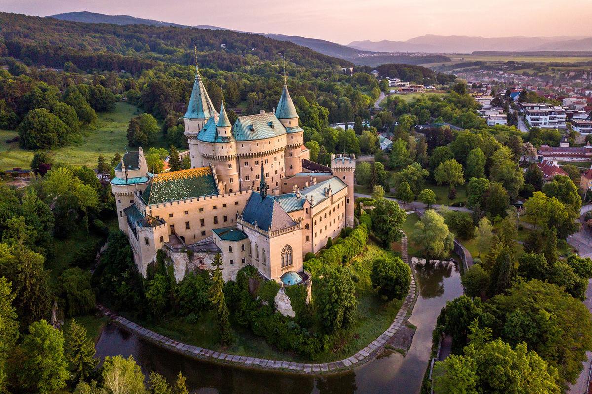 Schloss Bojnice in der Slowakei im Abendlicht