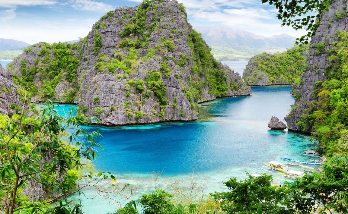Felsen in türkisblauem Meer bei Palawan auf den Philippinen