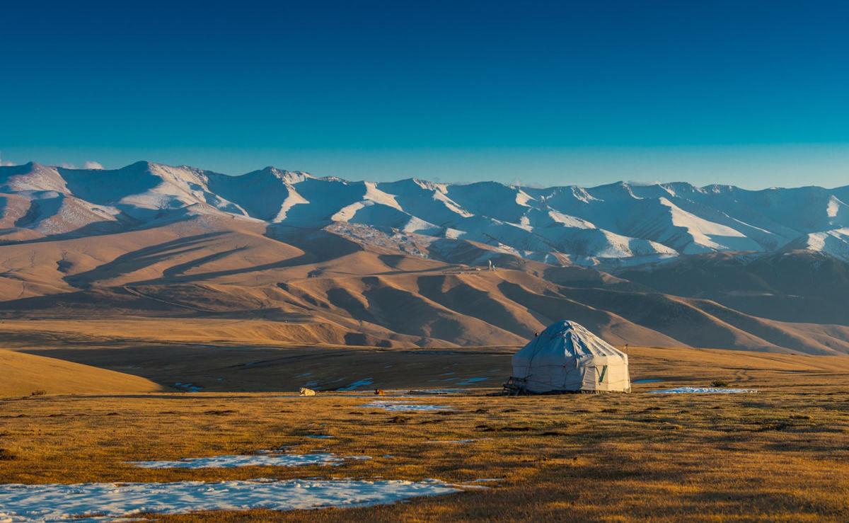 Jurte inmitten der atemberaubenden Landschaft Kasachstans
