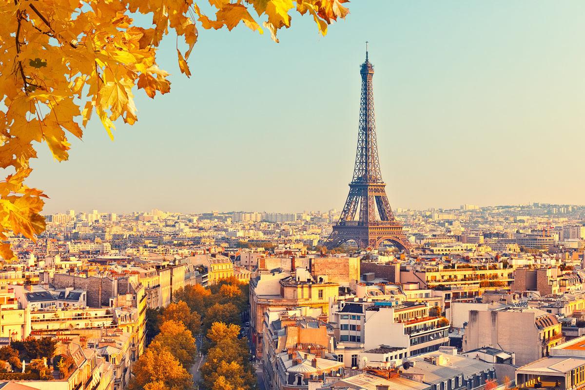 Eiffelturm in Paris bei Sonnenuntergang im Herbst