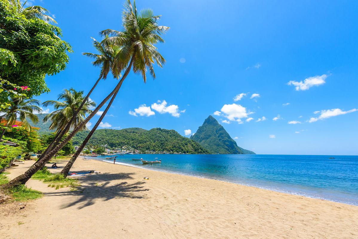 Strand von Soufriere Bay mit Blick auf Piton auf Saint Lucia