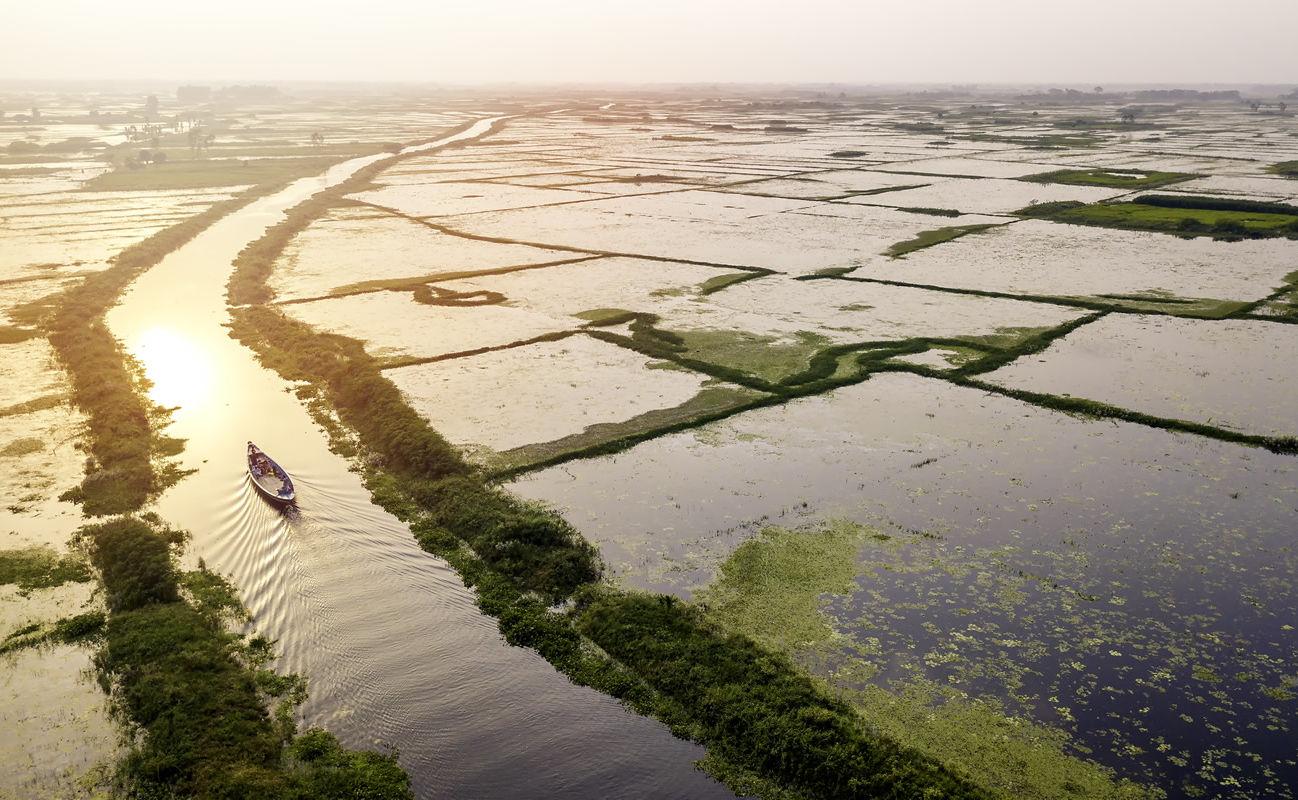 Luftbild mit Boot in einem Kanal nahe Dhaka in Bangladesch