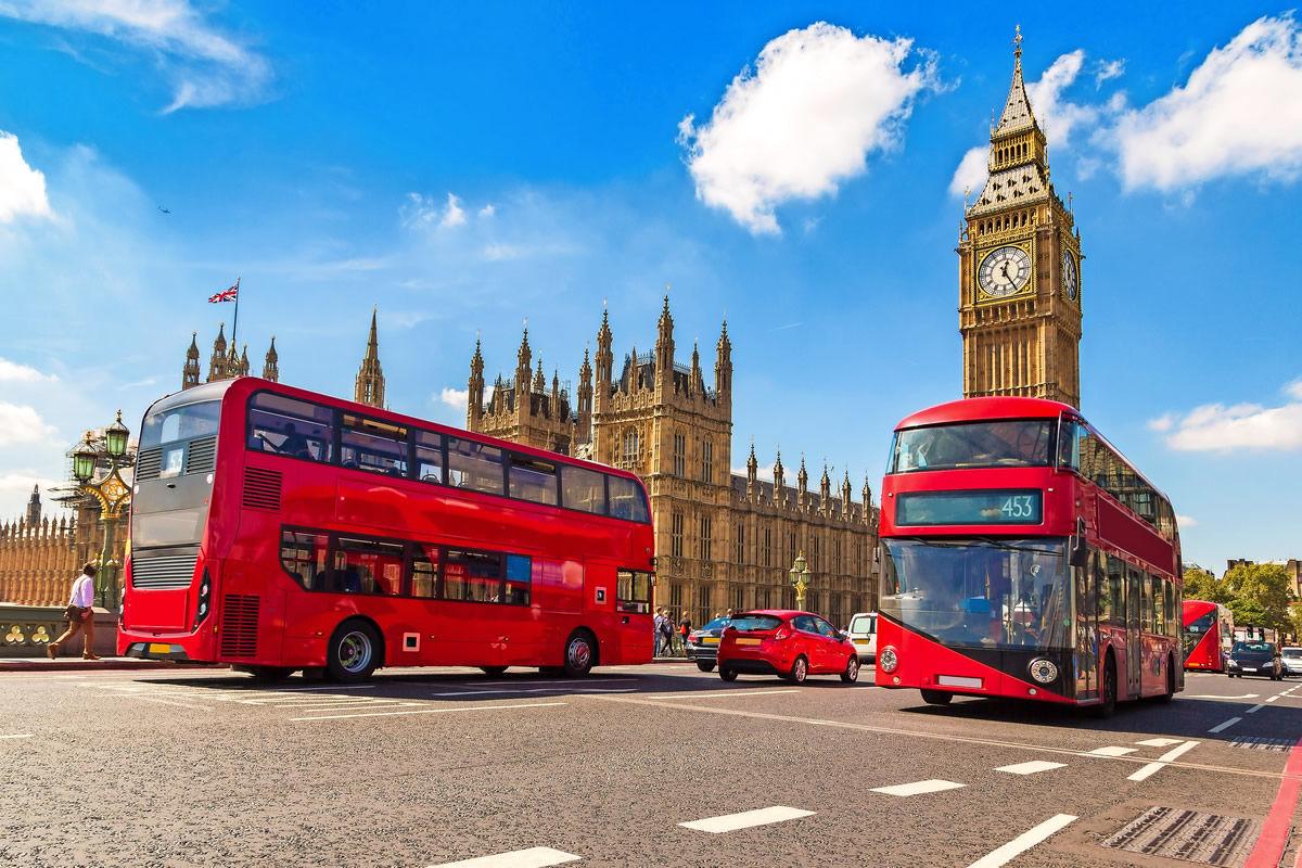 Big Ben, Westminster Bridge und rote Doppeldeckerbusse in London