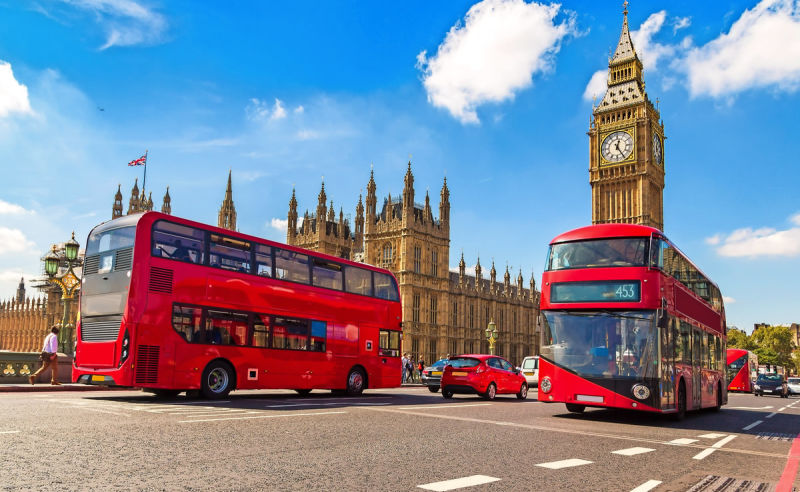 Big Ben, Westminster Bridge und rote Doppeldeckerbusse in London