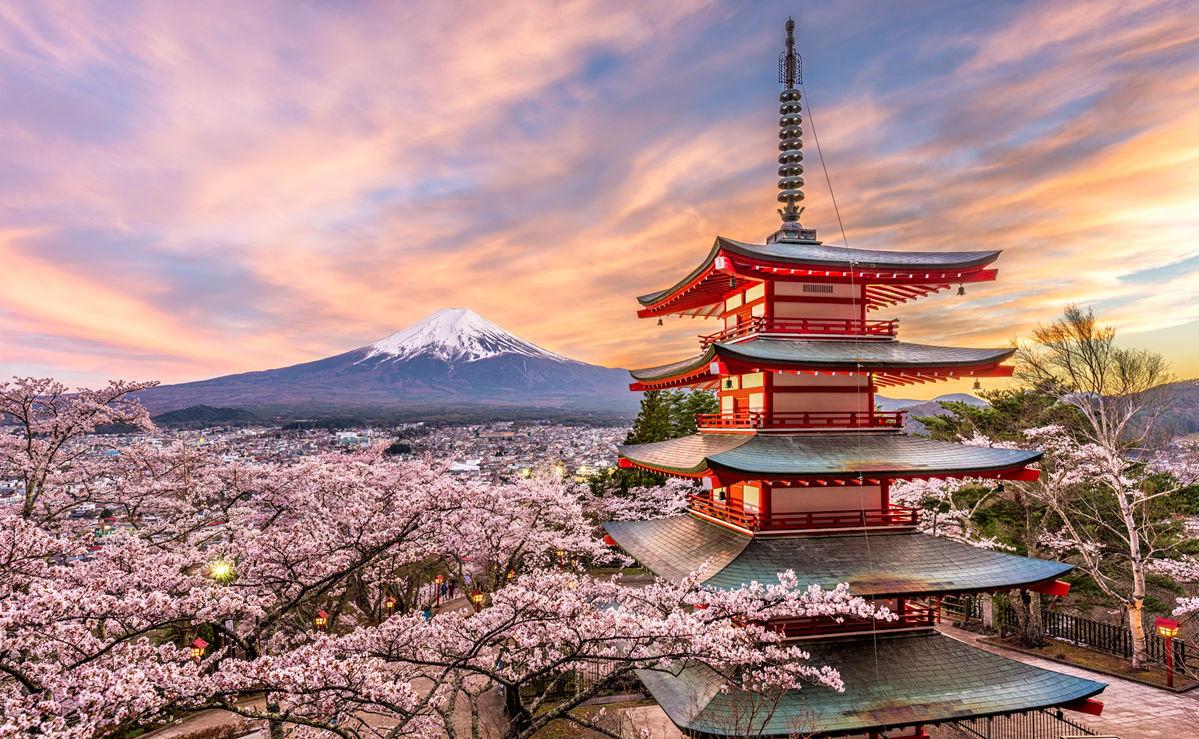 Chureito-Pagode in Fujiyoshida am Berg Fuji zur Kirschblüte