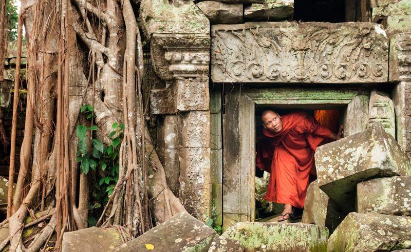 Mönch in den Ruinen von Angkor Wat in Kambodscha
