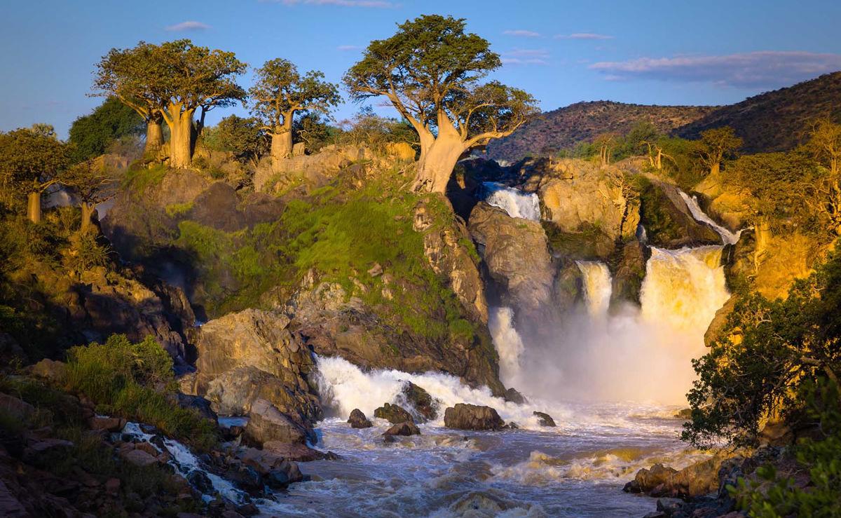 Nebliger Sonnenaufgang am Epupa-Wasserfall an der Grenze zu Angola