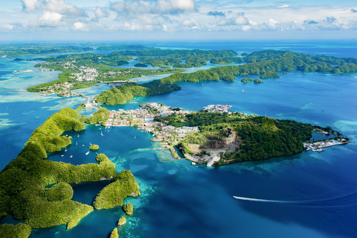 Luftbild der Insel Malakal in Mikronesien