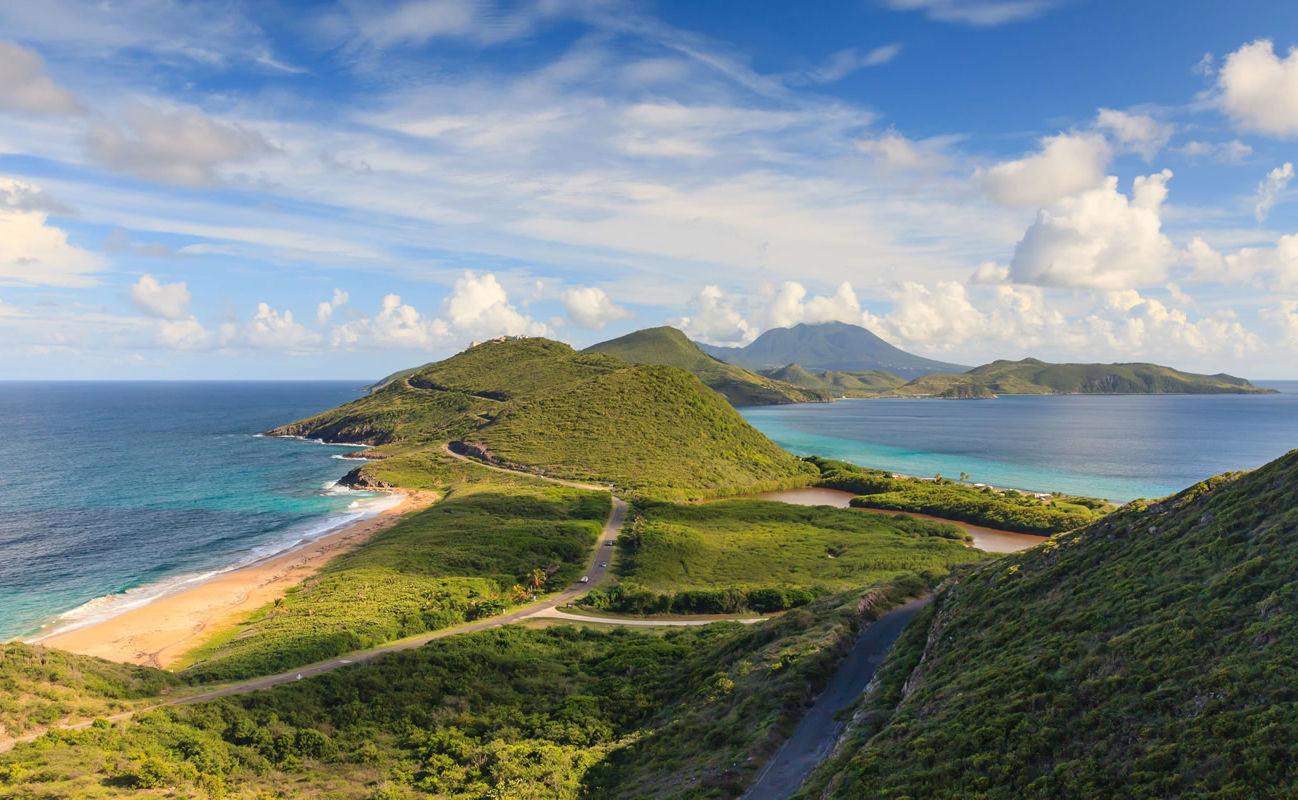 Panorama der westindischen Insel St. Kitts und Nevis im Hintergrund