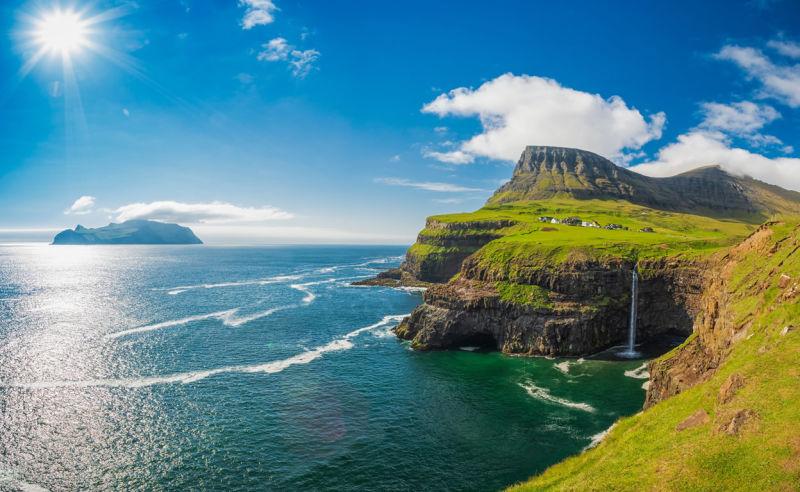 Schöner Wasserfall bei Gasadalur auf den Färöer-Inseln