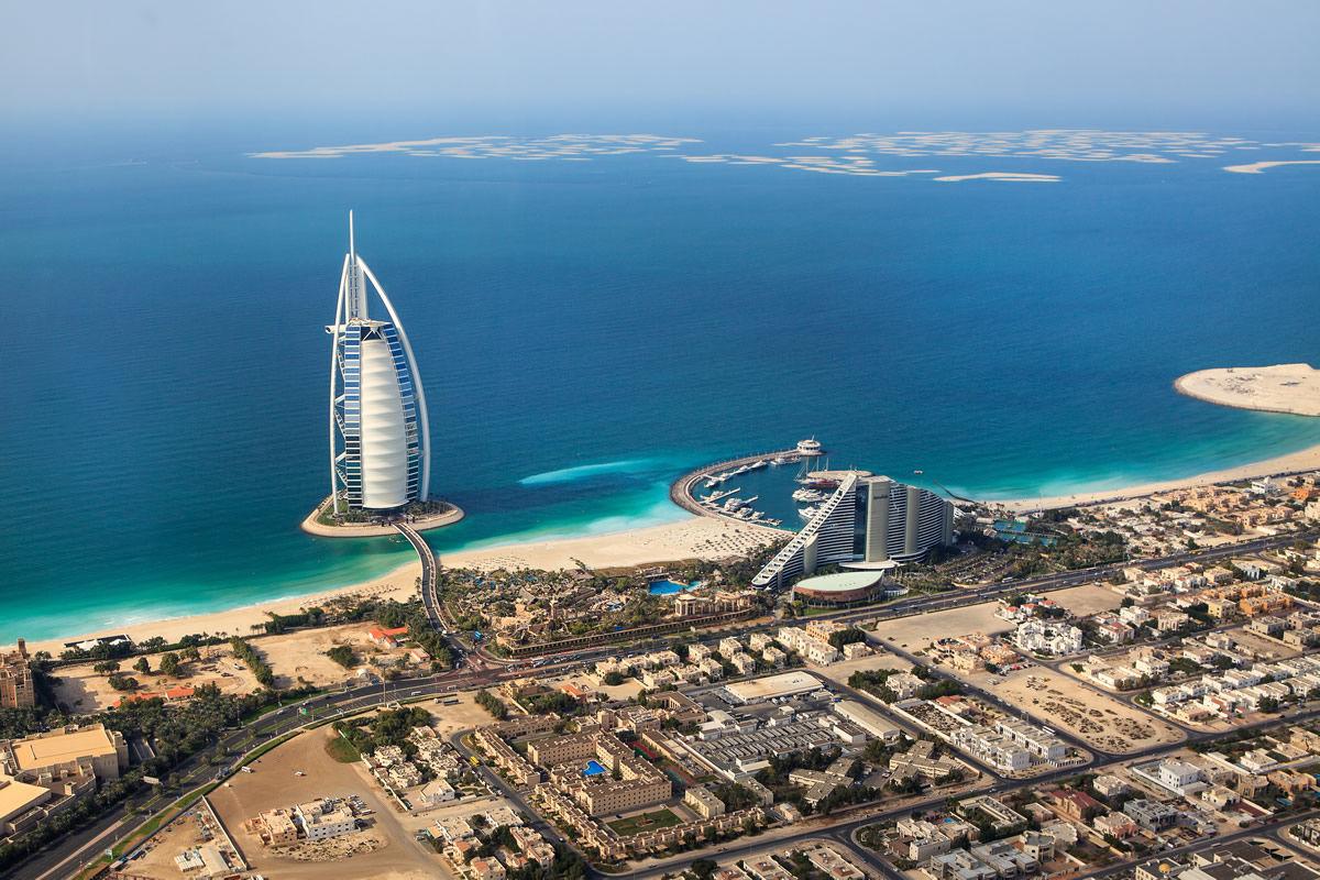 Panorama mit dem Hotel Burj Al-Arab in Dubai