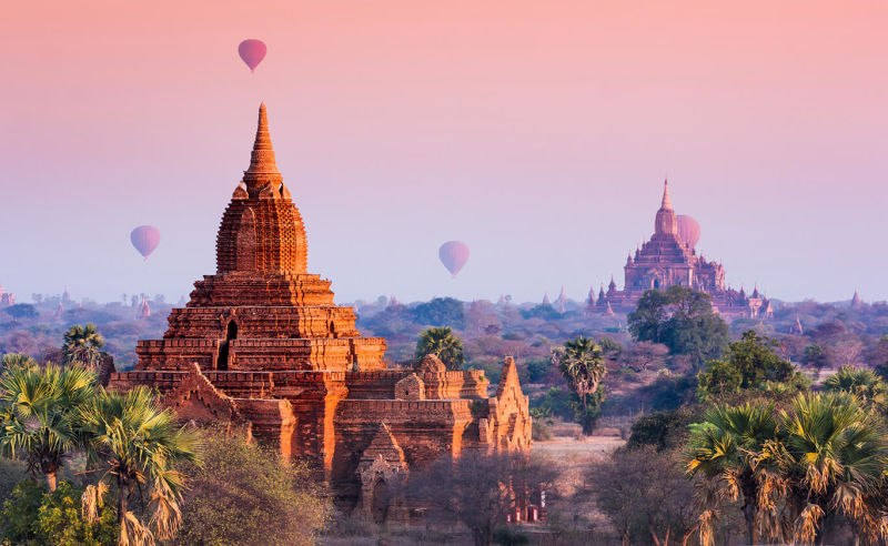 Heißluftballons über den Tempeln von Bagan in Myanmar