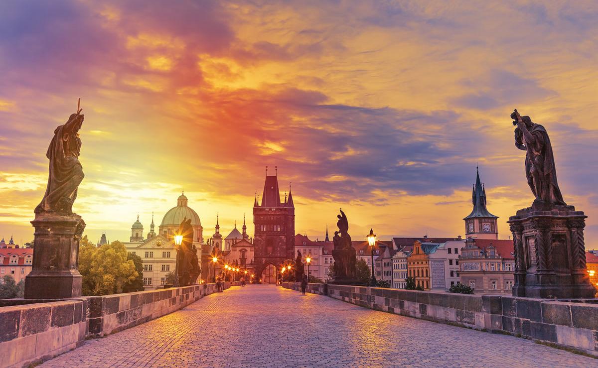 Karlsbrücke in Prag während des Sonnenuntergangs