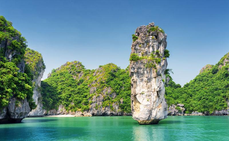 Felsformation und azurblaues Wasser in der Halong-Bucht in Vietnam