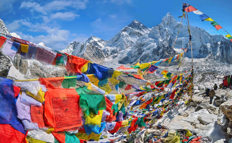 Buddhistische Gebetsflaggen am Mount Everest im Nationalpark Sagarmatha im Nepal