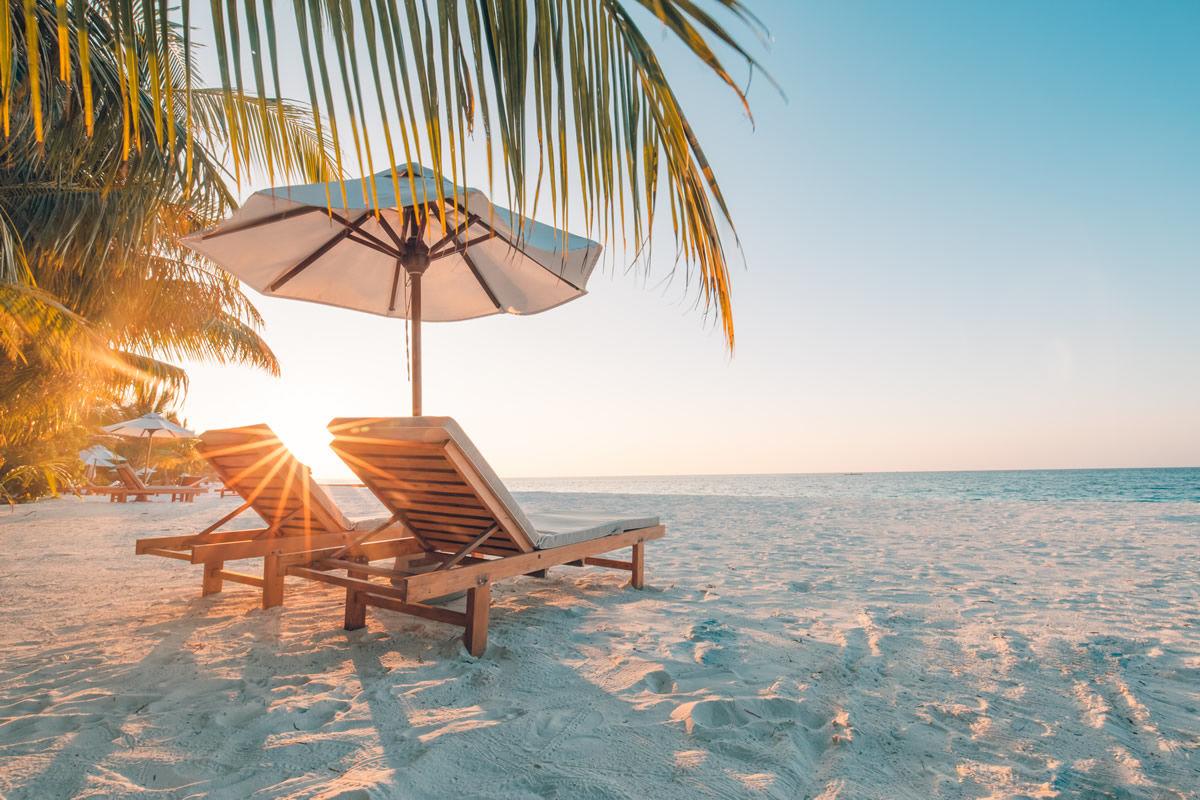 Stühle am Sandstrand auf den Bahamas