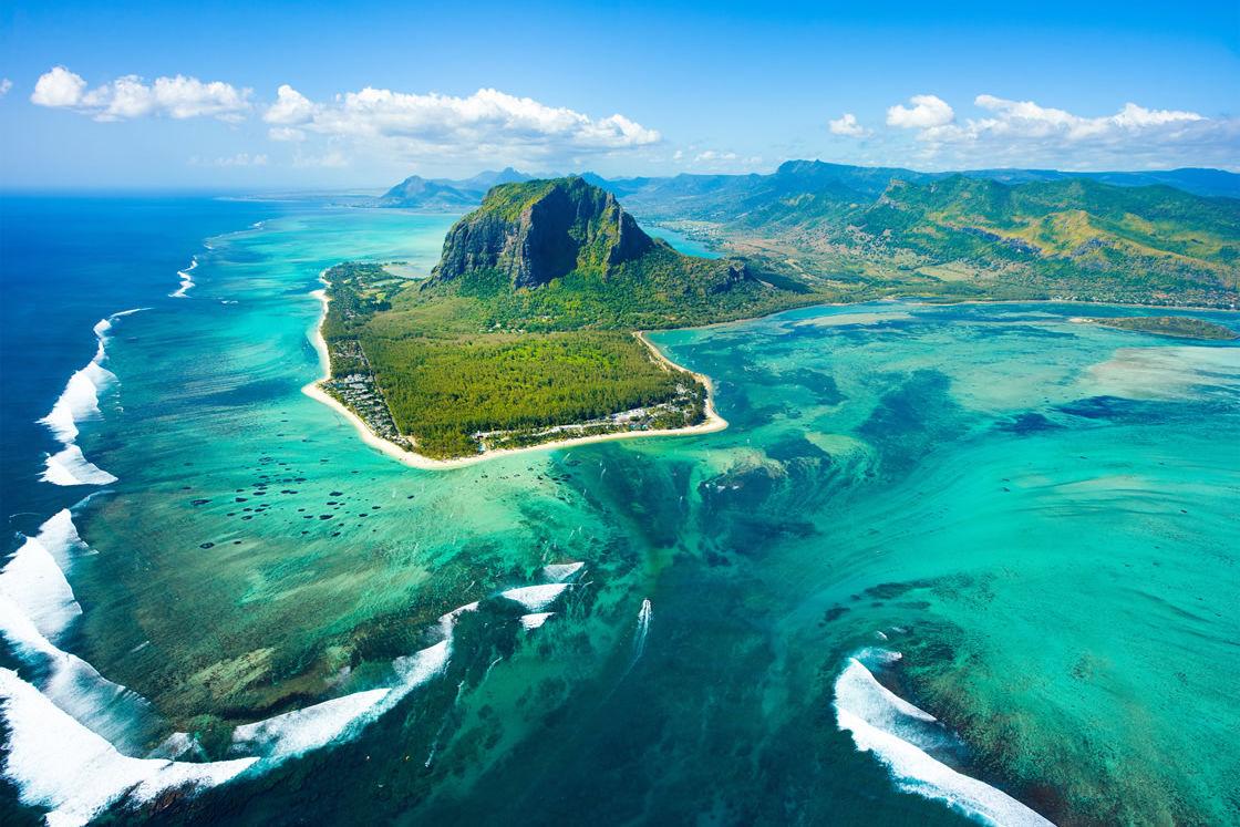 Luftaufnahme von Mauritius mit dem Unterwasser-Wasserfall