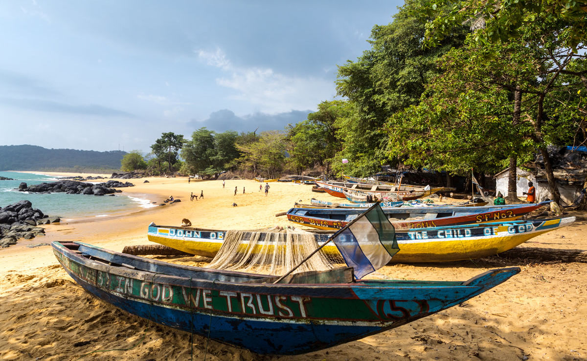 Fischerboot am Strand in Sierra Leone
