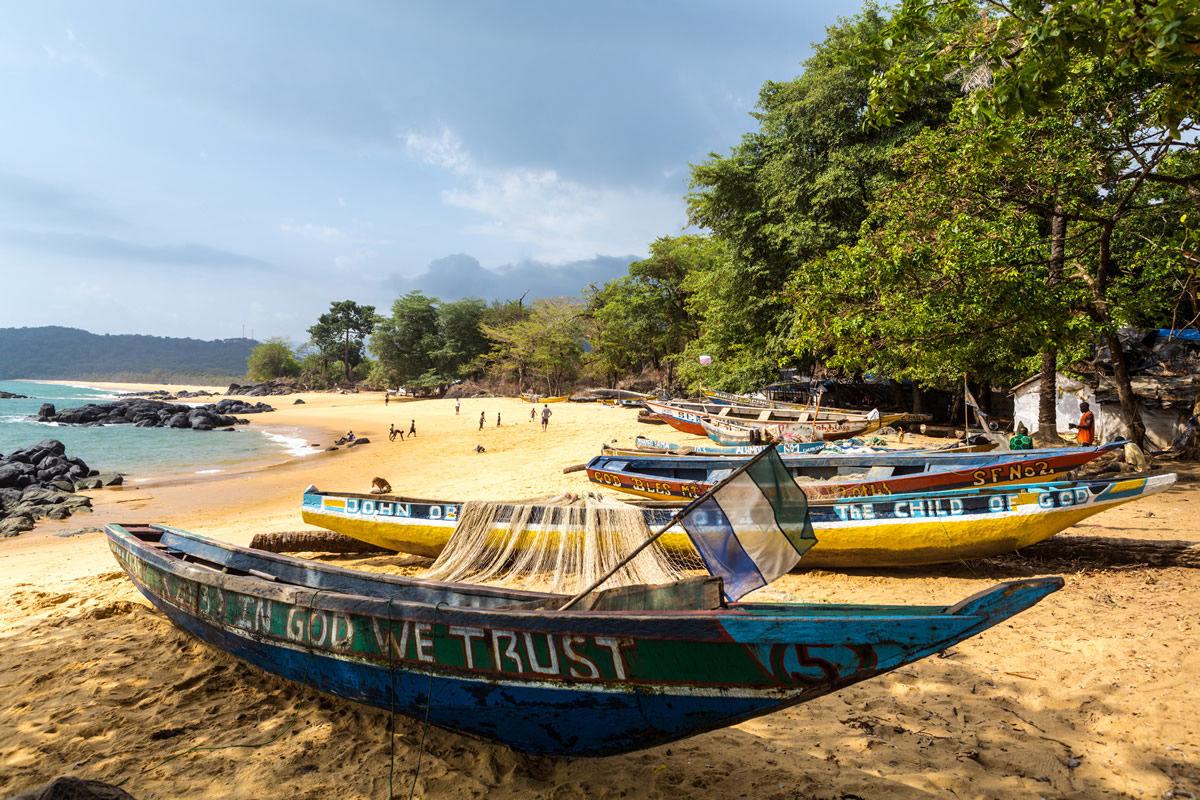 Fischerboot am Strand in Sierra Leone