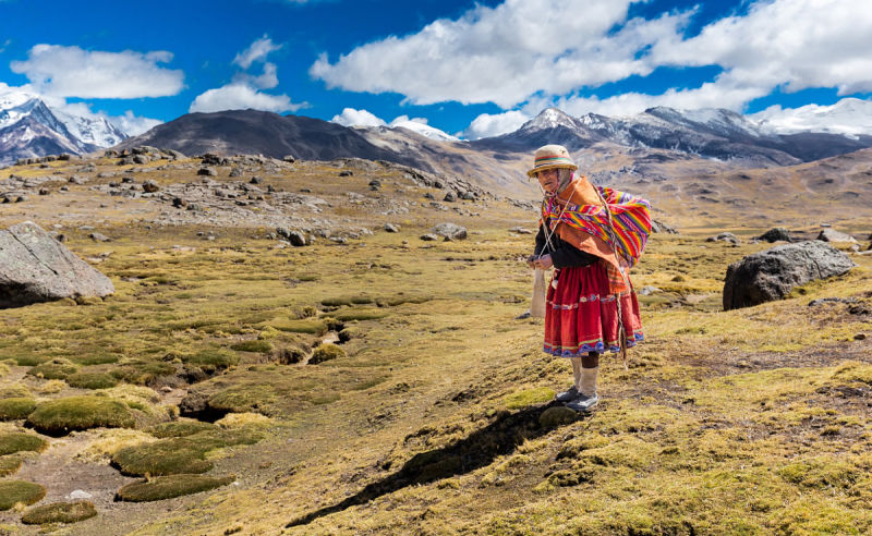 Alte Frau in traditionellen Kleidern in Bolivien