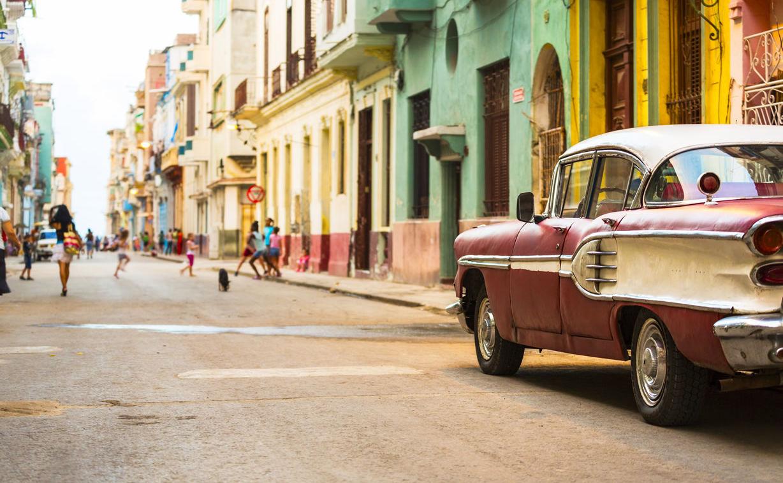 Straße in Havanna, Kuba mit altem amerikanischem Auto